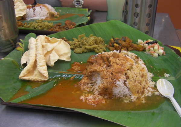 これぞインド人が食べるカレーという感じです。