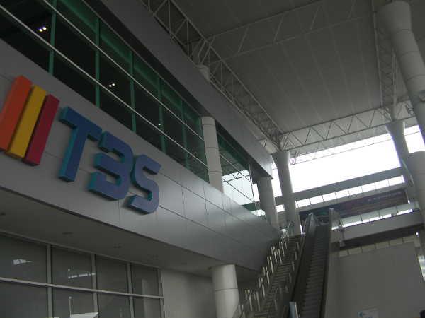 TBSバスターミナルに着きました。降りたら階上の建物内に入ります。