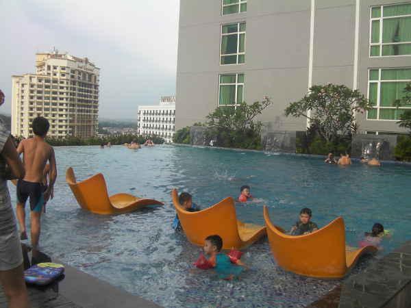 プールはあるが、のんびりはできない。