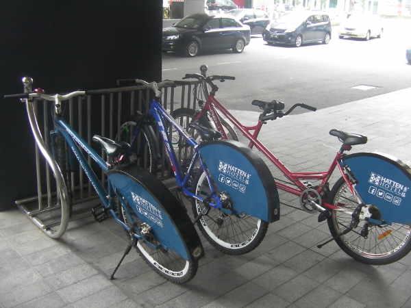 3台あるホテルのレンタル自転車。1台は二人乗り用