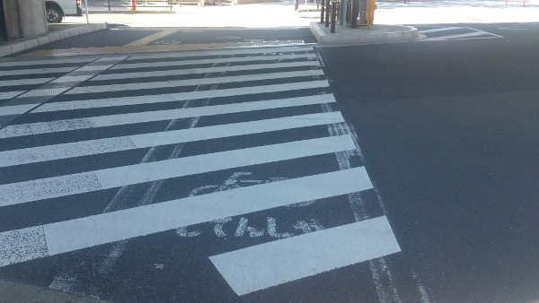 自転車横断帯が消された跡がある横断歩道