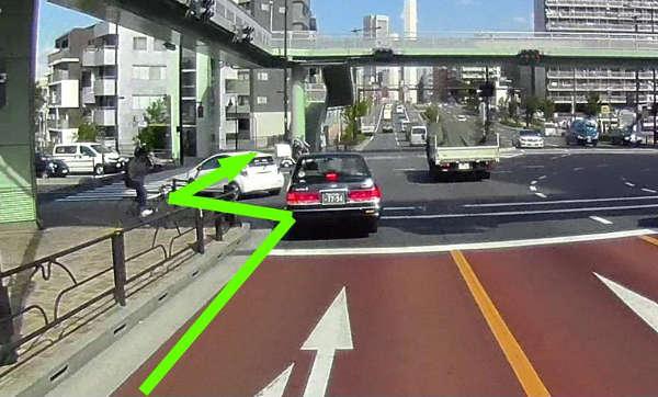 左折と見せかけて、突然横断帯を進みます。