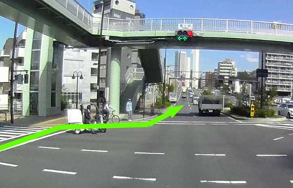 2段階右折待ちの原付きとか自転車がいてもお構いなしに、突然車道に戻ります。