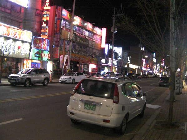 表通りは歓楽街で、深夜まで飲食店、スーパー、コーヒーショップが営業していた。