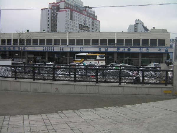 駅2番出口から道路を渡ると、高速バスのりば