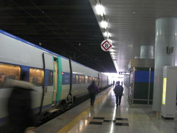発車駅なので、ホームに降りるとすでに列車が来ていた。