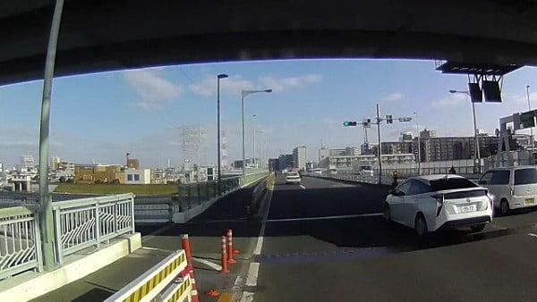 高速の下にも歩道に移ることができる箇所あり