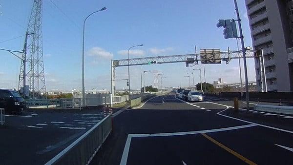 信号機があり、ここで歩道側に移ることもできます。