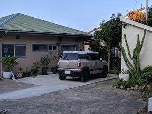 家の前の駐車場、そのほか大型バスも停められる空き地あり
